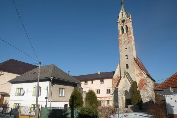 Kostol a fara Cirkvi československej husitskej v Liptovskej Osade sa stali znova majetkom obce. Faru čaká búranie, kostol rekonštrukcia.