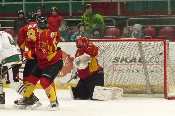 A je tam! Puk z hokejky Ľuba Vaškoviča v predĺžení práve končí v sieti a Skalica sa raduje z postupu.