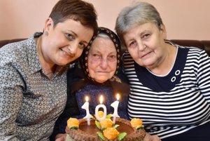 Uprostred pani Margita Bindasová, vľavo praneter a vpravo neter oslávenkyne.