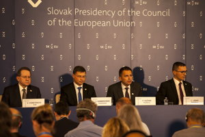Zľava viceprezident ECB Viktor Constancio , viceprezident EK Valdis Dombrovskis, minister financií Peter Kažimír a bývalý štátny tajomník ministerstva financií Ivan Lesay.
