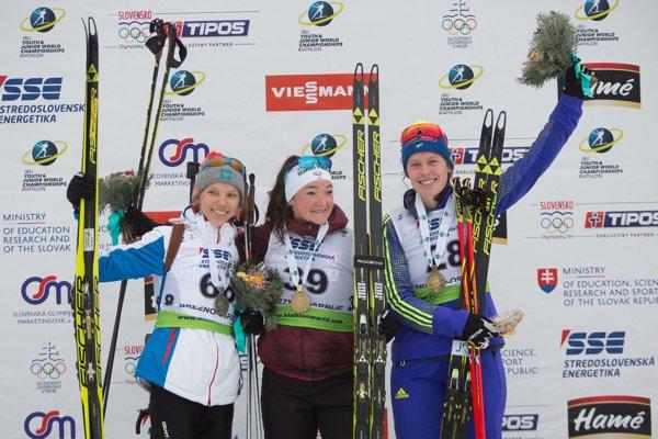 Na snímke uprostred francúzska biatlonistka Lou Jeanmonnotová-Laurentová.