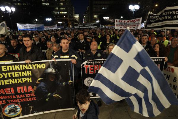 Protestujúci v uliciach Atén.