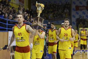 Čestné kolo s pohárom. Košickí basketbalisti sa doma pochválili itrofejou za víťazstvo vSlovenskom pohári.