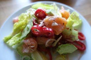 Šalát s údeným lososom a avokádom