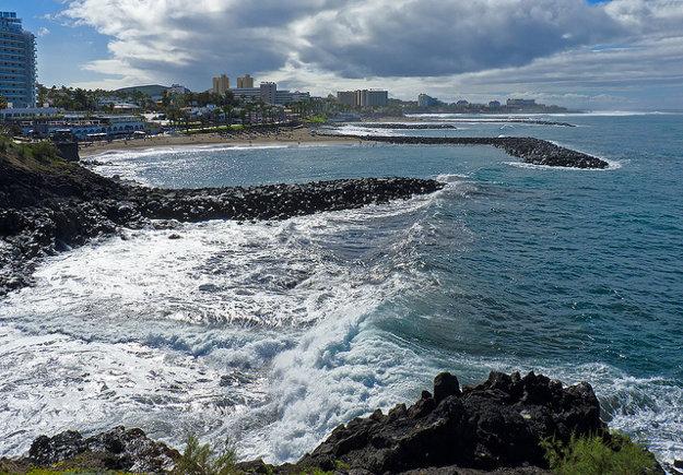 Playa de las Americas má jemný zlatý piesok dovezený zo Sahary.