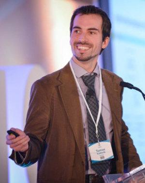 Tomáš Kalinčík študoval medícinu na Karlovej univerzite v Prahe, doktorát z neurovedy získal na University of New South Wales. V súčasnosti pôsobí na Royal Melbourne Hospital a na Melbournskej univerzite.