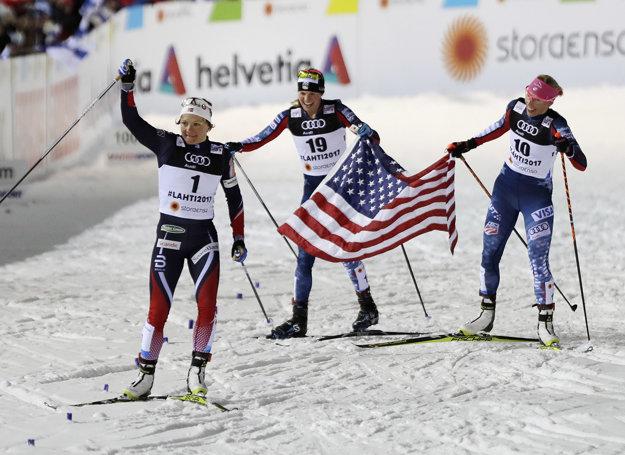 Maiken Caspersen Fallová (v popredí) a Američanky Jessica Digginsová (v strede) a Kikkan Randallová.
