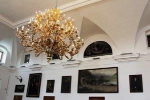 Barokový luster. Pri ktorého renovácii malo dôjsť k podvodu.