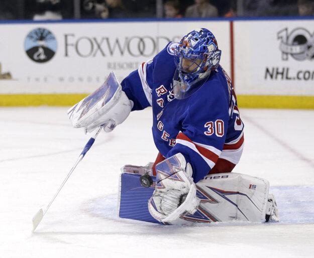 Brankár New Yorku Rangers Henrik Lundqvist chytá puk.