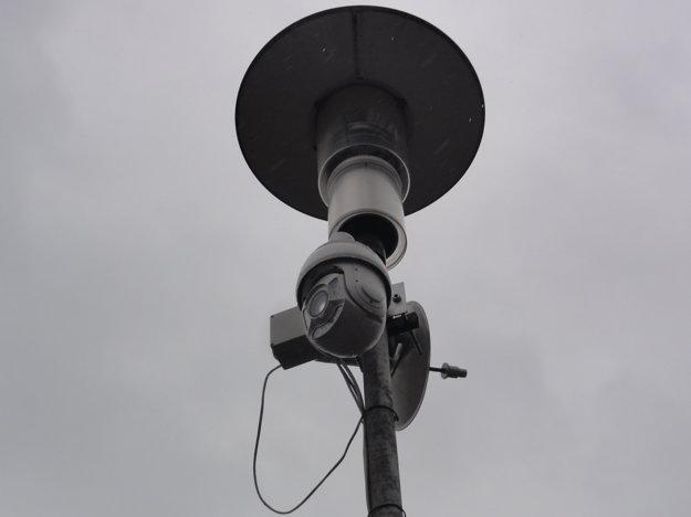 Kamera na stĺpe pouličného osvetlenia na Majzonovom námestí.