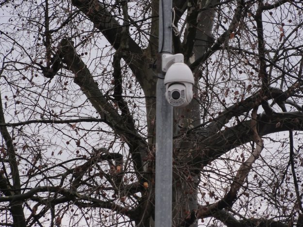 Kamera na stĺpe pouličného osvetlenia na križovatke M.R. Štefánika aPodzámska.
