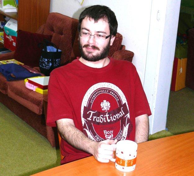 Braňo Lacko pri čaji v martinskom klube autistov.