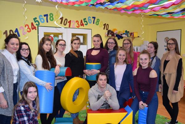 Žiačky strednej školy DSA vTrebišove, vpredu uprostred učiteľ Marián Kičinko.