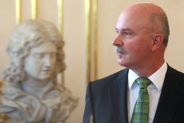 Exminister výstavby Marian Janušek sa pred špecializovaný súd v Pezinku postaví už v stredu.