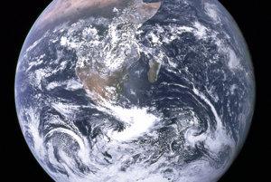 Najznámejší záber Zeme Blue Marble (Modrá guľôčka) urobili v rámci misie Apollo 17 pri poslednej ceste na Mesiac s ľudskou posádkou. Na zábere vidno Afriku, Antarktídu a Arabský polostrov.