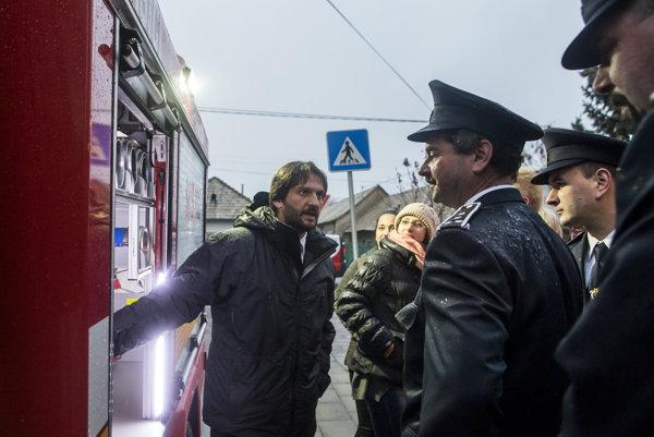 Róbert Kaliňák v prítomnosti hasičov.