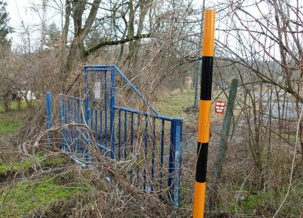 Horná brána na pozemok sa nachádza kúsok od koliby. Vľavo sa črtá areál kúpaliska Margita - Ilona.