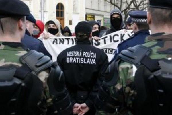 Polícia zabraňuje stretu ANTIFA s účastníkmi mítingu Iniciatívy za slobodu slova. Bratislava, 12. február 2007.
