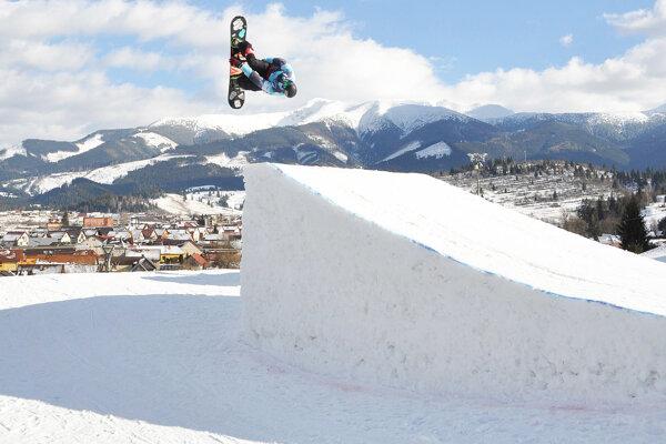 Pod Roháčmi videli diváci v akcii jazdcov na doske i lyžiach.