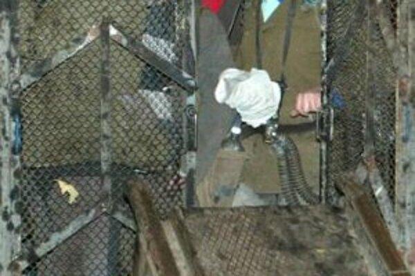 Banskí záchranári vychádzajú 18. novembra 2006 z nováckej bane.
