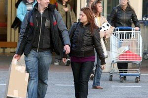 Nič netušiaci ľudia pokojne nakupujú. Po čase im pri dverách zazvoní podvodníčka, vie veľa o ich blízkych a pýta peniaze.