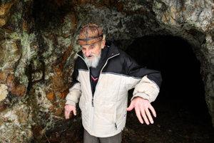 Bývalý vlekár a baník Livius Tilesch pred jaskyňou.