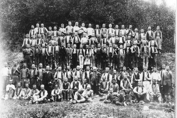 Nižná Slaná.  Skupina baníkov, do r. 1907.