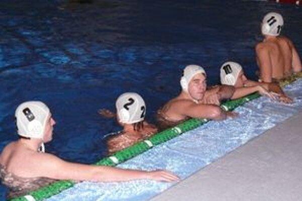 Novácki vodní pólisti, niekdajší suveréni slovenských bazénov, prehrali v Topoľčanoch o 22 gólov 7:29.