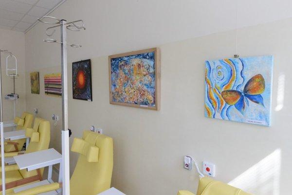 Na snímke výtvarné diela umelcov z Mojmíroviec na novo zrekonštruovanom oddelení rádioterapie a klinickej onkológie Fakultnej nemocnice v Nitre.