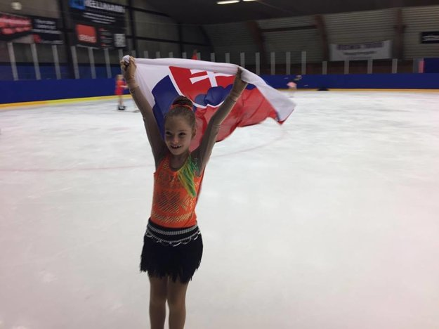 Mladá žilinská pretekárka so slovenskou zástavou.