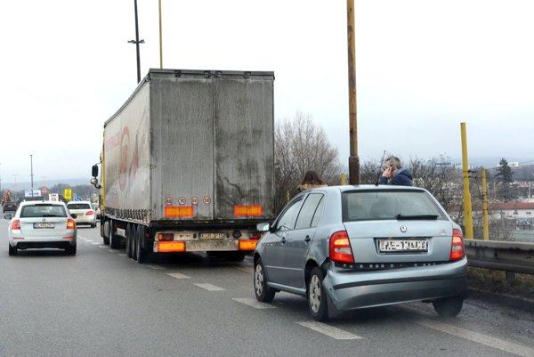 """Neubrzdil to. Kamionista zrejme """"študoval"""" za jazdy zmenené dopravné značenie pred zrušenou odbočkou z mosta do Barce (smer od Jazera), prudko pritom zabrzdil, čo vodiča za ním prekvapilo."""