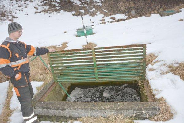 Preplnené nádrže. Vtekajú do nich vody spod skládky, ale aj povrchové vody.