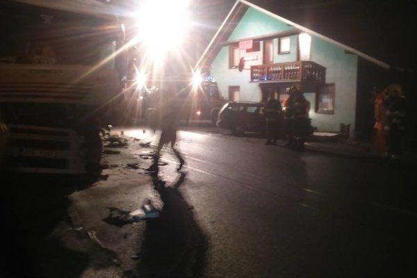 Vo Svrčinovci sa dnes skoro ráno zrazili kamión s osobným autom.