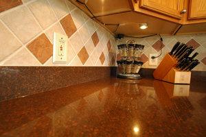 8. Pracovná doska v kuchyni. Na 10 štvorcových centimetrov pripadá v priemere 559 mikroorganizmov.