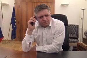 """Premiér Robert Fico v rozhlase bránil členov vlády, že to nie sú žiadni """"skorumpovaní hajzli""""."""