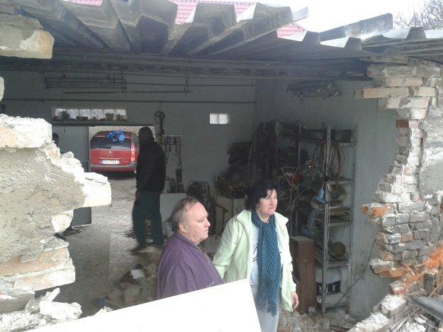 Zničená garáž. Kamión do nej v roku 2015 urobil dieru.