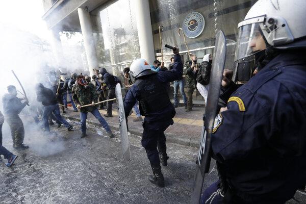 Policajti proti rozbúrenému davu farmárov zasiahli aj slzotvorným plynom.