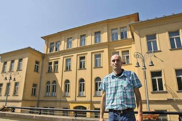 Autor knihy Vladimír Sklenka pred budovou gymnázia.