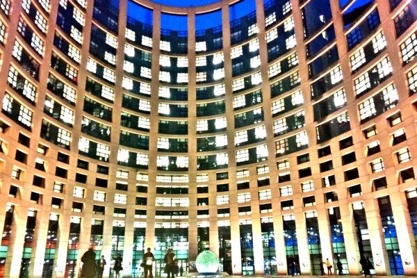Modernizmus, kombinácia skla a kovu. Hlavná budova Európskeho parlamentu nazývaná aj Babylonská veža vzbudzuje rešpekt. V obrovskom labyrinte budov, chodieb, výťahov, schodísk a rokovacích sál sa môže človek bez sprievodcu poľahky stratiť.