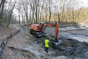 Pracovníci Mestských lesov pracujú na obnove rybníkov na Železnej studničke.
