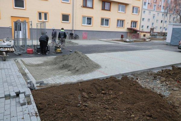 Janouškova ulica. Pribudli tu aj parkovacie miesta.