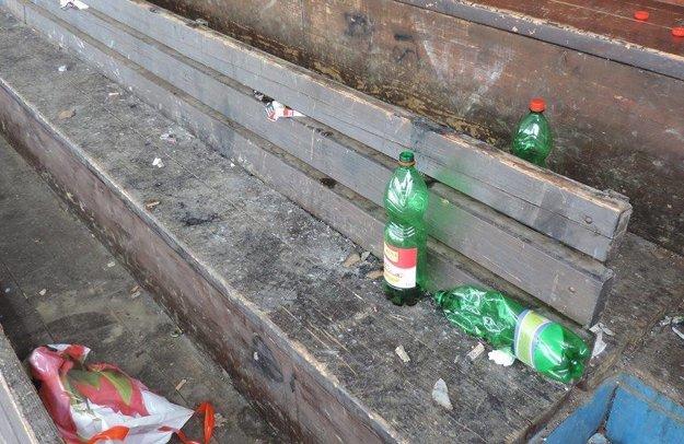 Neporiadok na lavičkách.