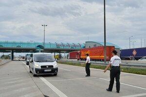 Policajná hliadka vykonáva kontroly na slovensko-rakúskom hraničnom priechode Jarovce.