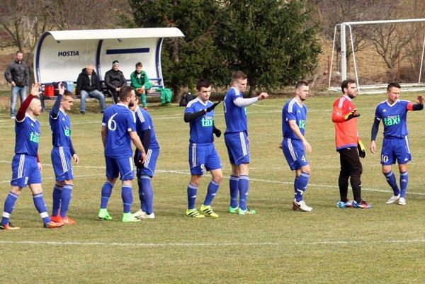 Z troch bodov sa napokon tešili domáci futbalisti. Víťazný gól strelil Ľuboš Kminiak - na snímke je úplne vľavo.