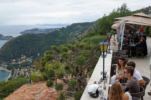 Pohľad z terasy reštaurácie La Chévre d´Or vo franzúzskom Eze.