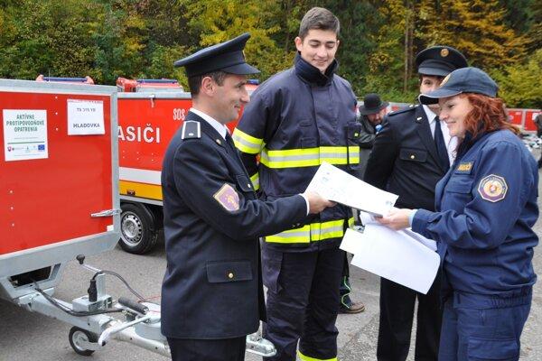 Dobrovoľné zbory dostávali už vroku 2015 od rezortu vnútra hasičskú techniku. Na snímke dobrovoľníci zHladovky pri preberaní protipovodňového vozíka.