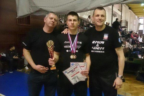Michal Stričík (v strede) so zlatou abronzovou medailou.