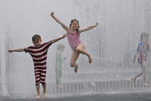 Horúčavy zasiahli aj Britániu. Deti sa takto vybláznili vo fontáne.