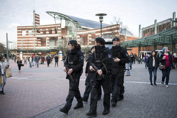 Polícia hliadkuje v nemeckom meste Essen pre hrozbu teroristického útoku.