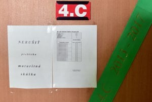 Na snímke dvere triedy 4.C s oznamom počas písomnej maturitnej skúšky zo slovenského jazyka a literatúry.
